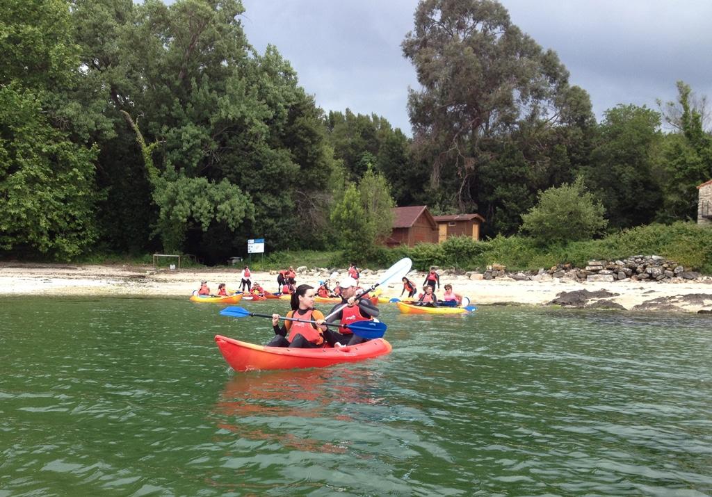 Si estas pensando como llegar a la isla de Cortegada, súbete en un kayak y disfruta de la aventura.