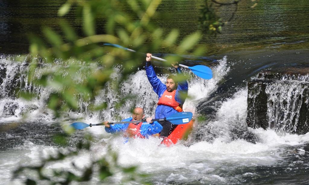 Divertido tobogan natural de auga durante o traxecto do descenso en kayak.